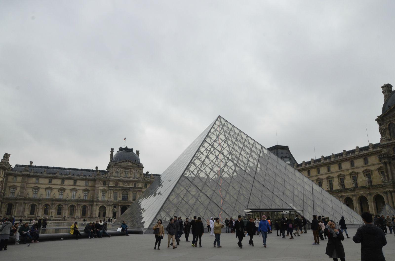 卢浮宫 贝聿铭设计建造的玻璃金字塔,他借用古埃及的金字塔造型并以