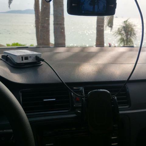 自带的行车记录仪和手机支架