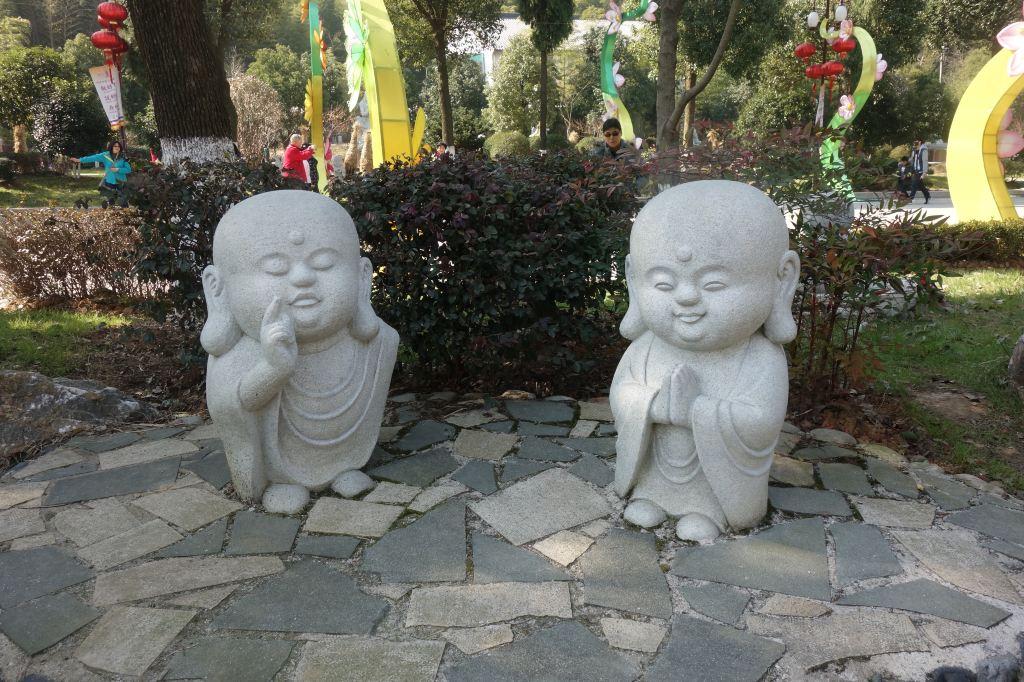 这些可爱的小和尚给原本应该庄严肃穆的寺庙带来丝丝温馨.