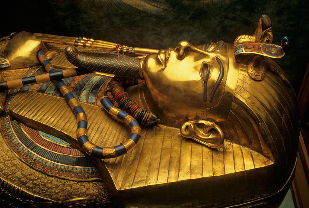 成为唯一一样不少原封搬来的法老墓,包括 黄金面罩 , 黄金宝座 ,十几