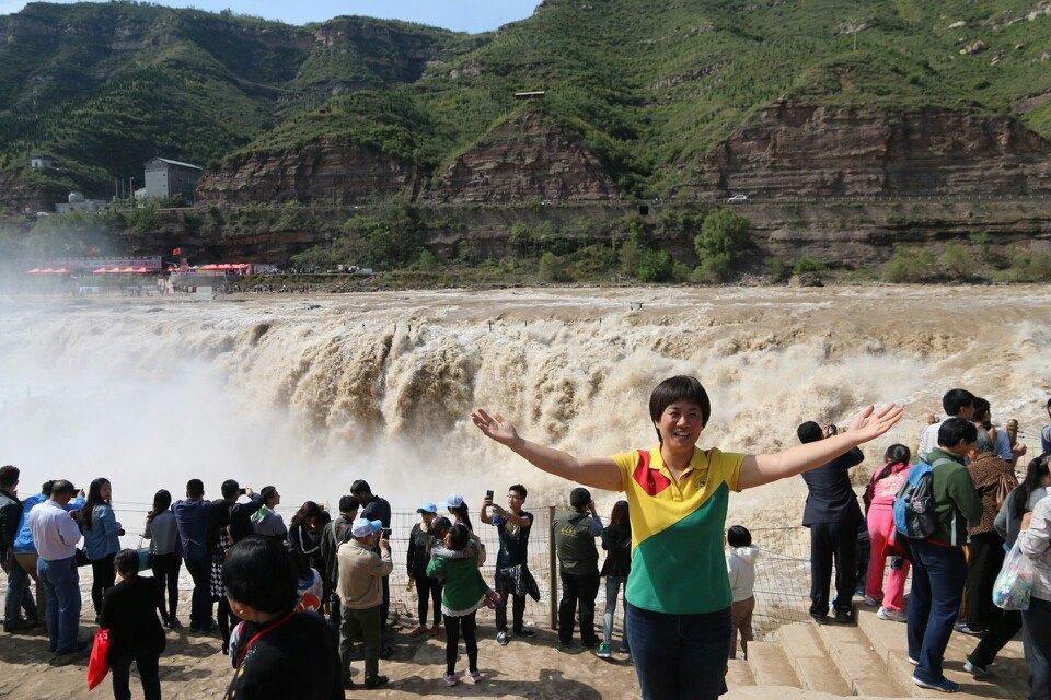 山西壶口瀑布能够看到瀑布的正面全景,比较宽阔,听说人民币上的图案就