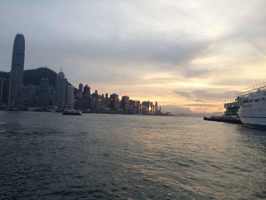 去了趟香港的苹果店,本来无计划去买苹果,经不住朋友的诱惑,手欠的买了个PAD,真是天作孽犹可为人作孽不可活啊,就这一个小小的举动差点害得我差点回不到大帝都。傍晚去了维多利亚港,景色还可以,看了看夜景也就打算回深圳了。坐地铁回去,因为我哥们是拿着机票回深圳,所以我俩又分开了,过香港口岸无事。扯的是过深圳的口岸,我当时手里就一PAD,悲剧的是还拿着包装,太悲剧了,直接保安让我安检,我心里想着又没带行李箱,安检毛线啊,结果一个口音超重的大叔说交税,我没听清,重复两遍后我真没听明白,过来一漂亮妹妹,面无表情的说