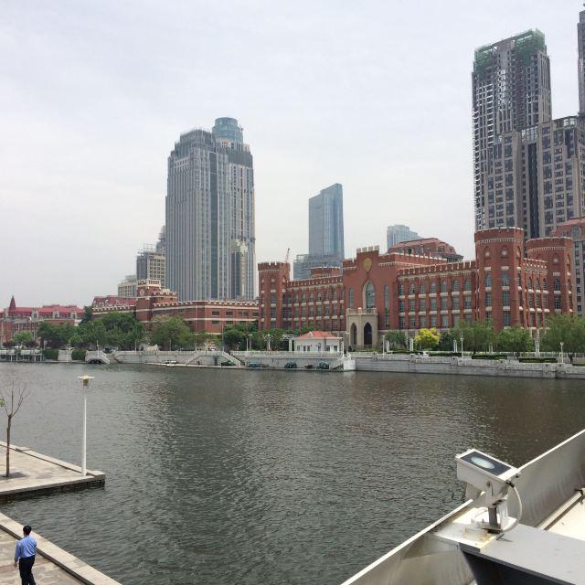 沿河现代建筑和欧式古典建筑