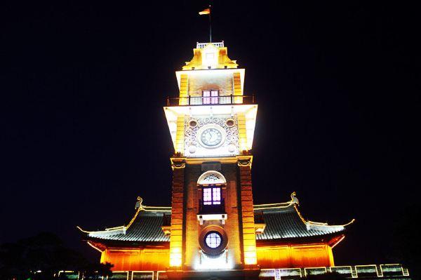 南通钟楼坐落于南通十字街路口,是地标性建筑之一.