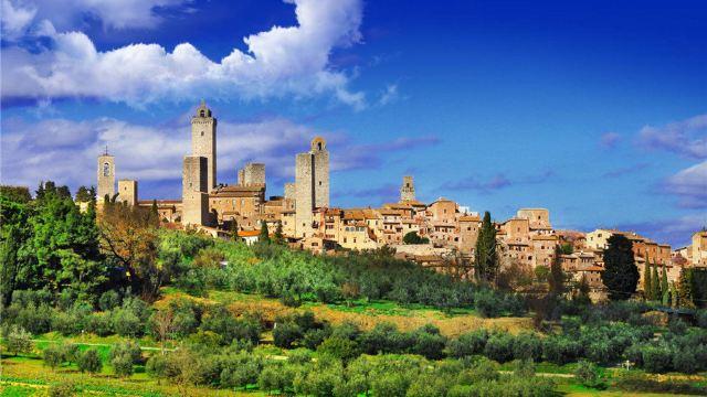 特色景点: 【圣吉米亚诺】 有美塔之城美称的小城圣吉米尼亚诺(San gimignano),是意大利托斯卡纳大区保存完好的中世纪城镇之一,具有浓郁中世纪建筑风格。其特点在于它的塔楼。曾经一度有72座塔楼。  【锡耶纳大教堂】 地处锡耶纳历史、艺术与文化中心的大教堂是意大利罗马与哥特式教堂的典范,建筑的外墙以白色与墨绿色大理石相间的条纹为主,正面以华丽的立面雕像做装饰。  【贝壳广场】 贝壳广场,又称田园广场,是锡耶纳的灵魂所在。从高处俯瞰,广场呈巨大的扇形,其独特的贝壳造型堪称建筑史上的杰作。外