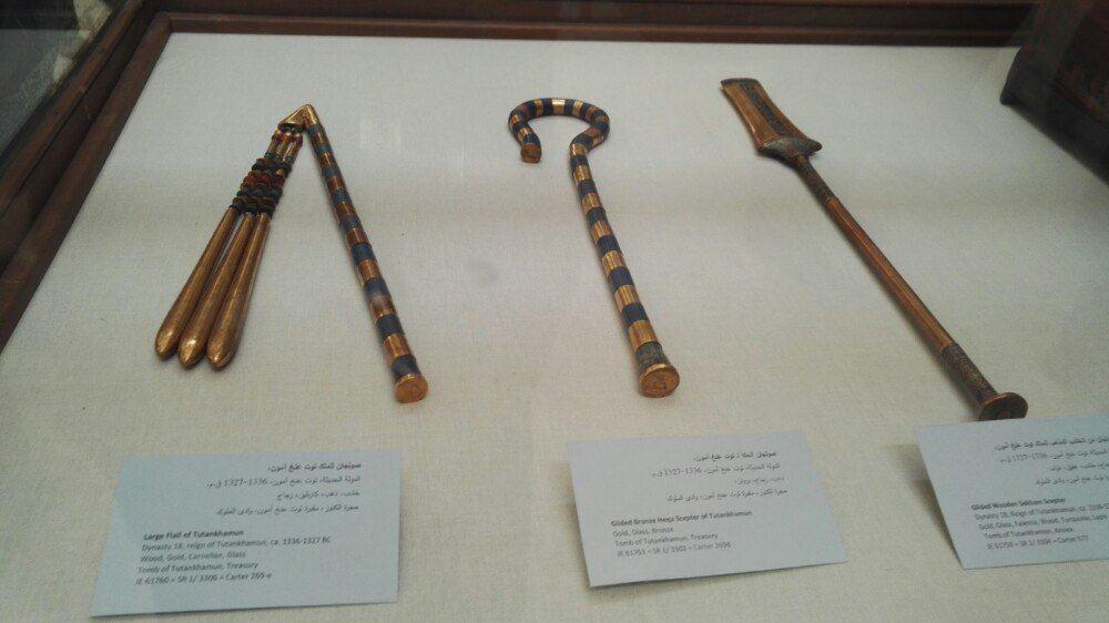 权杖的形式各异,通常是法老和神祗都在使用。常见的权杖样式有:弯钩和连枷,瓦斯权杖,赛汉姆权杖,权标。 一、弯钩与连枷(TheCrookandFlail)  形状如弯钩的权杖,埃及语叫Heqa,原为牧人的工具,象征着国王的统治权。Heqa的象形文字的意思就是统治。Heqa权杖可以单独使用。
