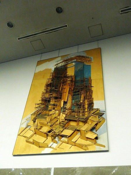 一会儿往那个方向走就行 这个用卡纸做出的在建大厦立体画有些创意 它