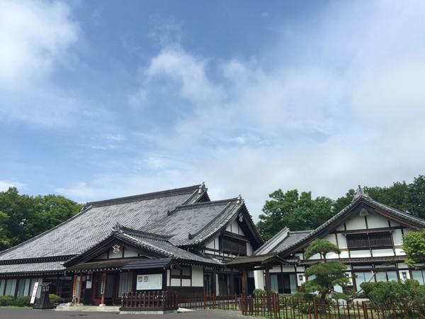 忍者村就是一个忍者的主题公园,里面的工作人员都穿着江户川时代的