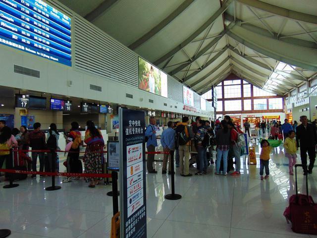 丽江飞机场到了,雨天烟雾升腾