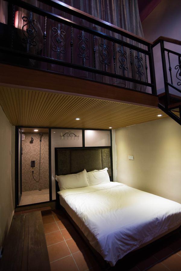 这种老式瓦房,房顶一般都比较高,所以客栈都把房间改建成小复式的