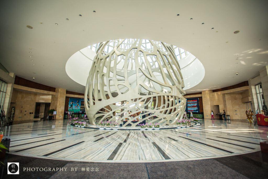 大堂是圆形的设计,四面通透,最令人过目难忘的是直径45平方米珠光手绘