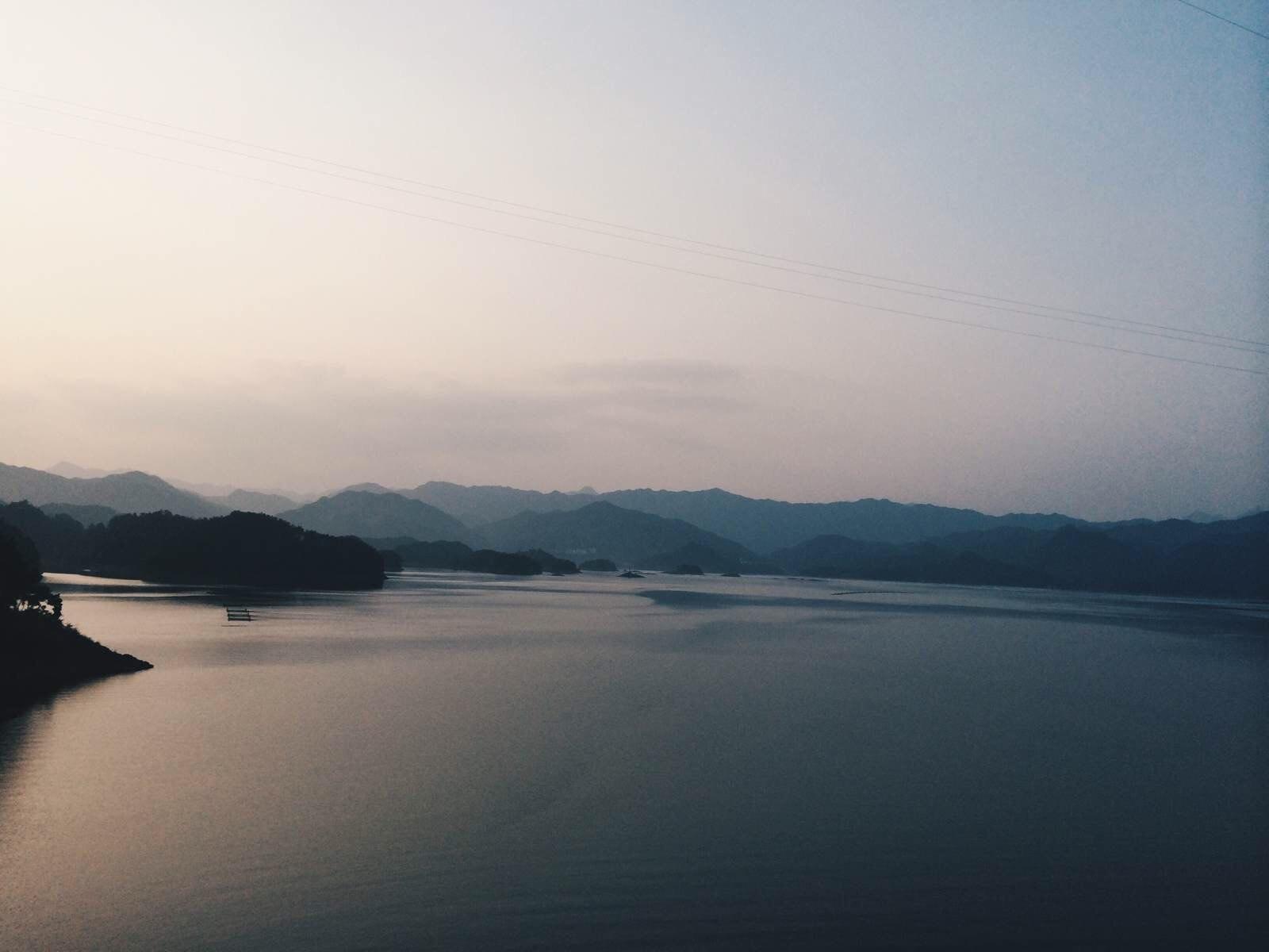 从千岛湖游船码头附近租车点往北经千岛湖大桥,往红叶湾,过小金山