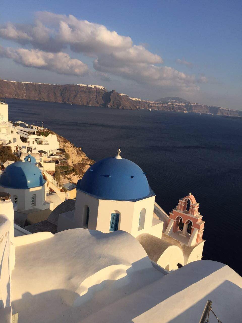 海边悬崖上的一排排白房子 在蓝天映衬下 特别的美