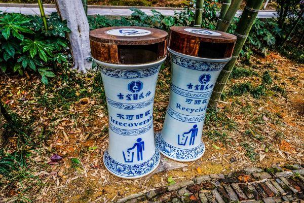 【关于交通】 飞机航班查询:http://www.tuniu.com/flight/ 景德镇机场位属于陶瓷工业园区宝石村,距景德镇市中心的休闲广场约7公里。航班有直飞上海、深圳、北京、广州、赣州、安庆、厦门6条航线,并有经深圳飞成都、昆明、西安、海口、三亚、南宁、北海、湛江等城市的无缝转机航班。其中,上海、深圳来往景德镇的航班每天各有一班。 火车班次查询:http://huoche.