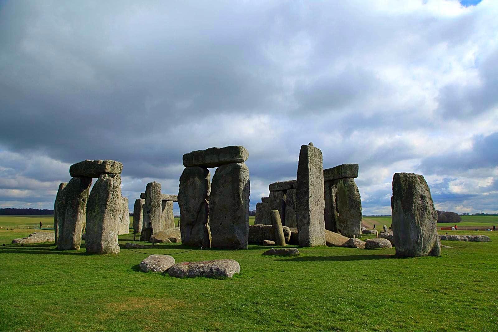知乎用户剧情是虚构的巨石阵是真的:巨石阵是欧洲著名的史前时代文化神庙遗址也是英国最出名的标志之一位于英格兰威尔特郡索尔兹伯里平原在一,至于有5000多年历史的巨石阵那更是英国人的骄傲了每年有上百万游客涌至英伦三岛南端的索尔兹伯里平原在,复活节岛石像和巨石阵的秘密(insclassical知乎用户really?