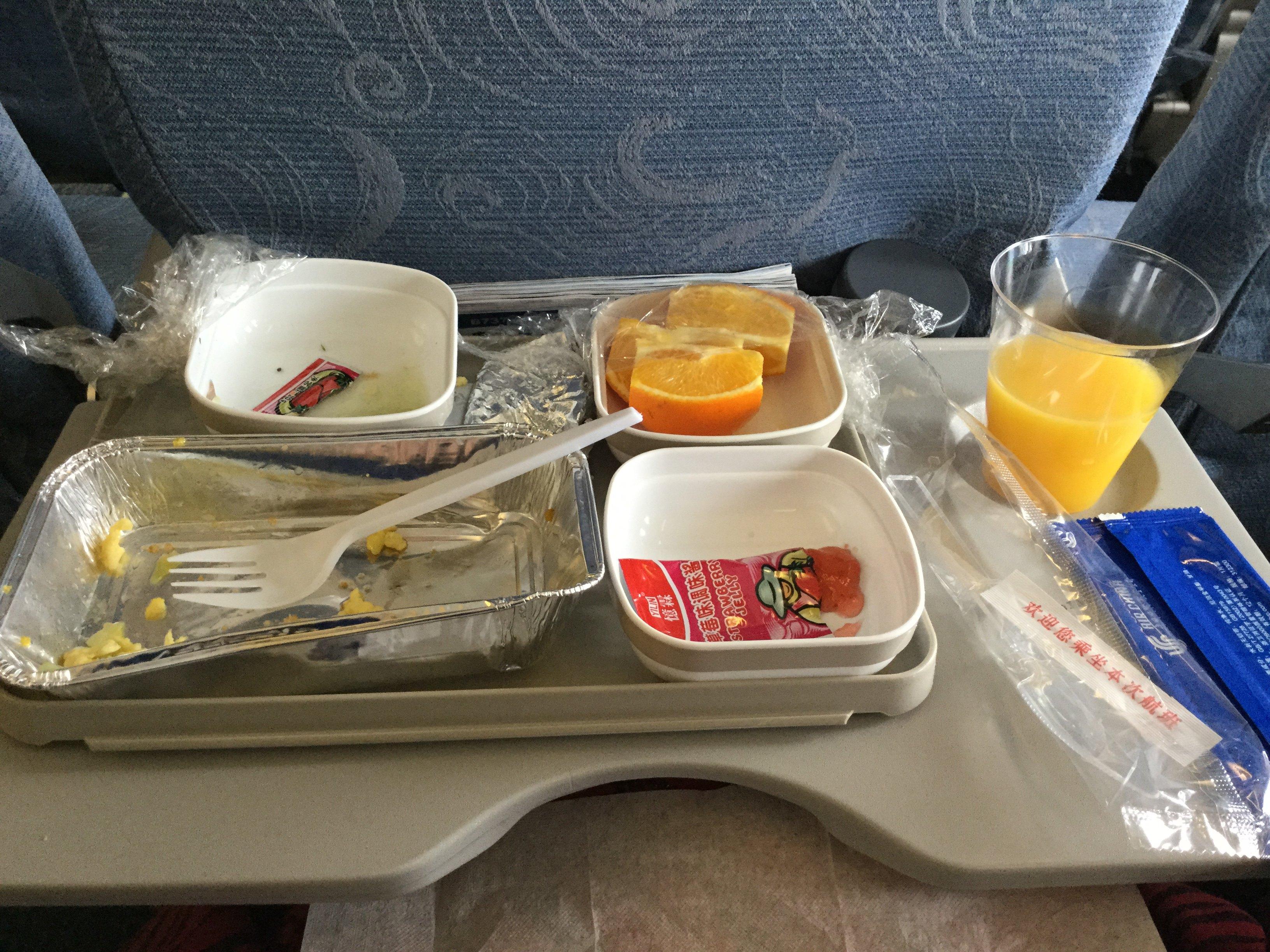 睡的迷迷糊糊的时候,飞机上开始发放免费早餐,虽然早上五点钟起来已经