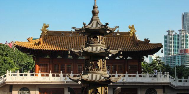 2米的千年香樟独木观音像;西厢房设牟尼殿,内供高3.