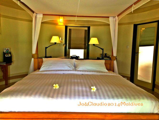 纱幔大床,头顶茅草屋,所谓180度落地玻璃门(为了私密还是一直遮着窗帘图片