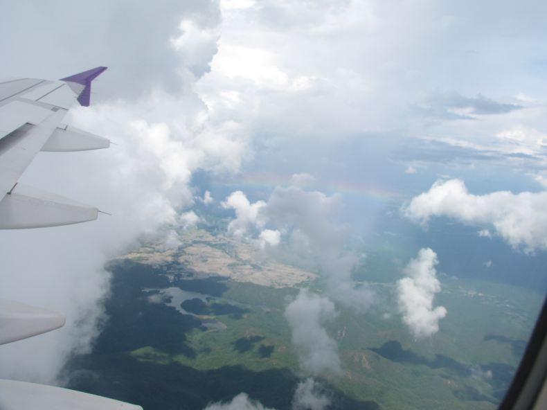 在清迈天空的飞机上欣赏地面雨景