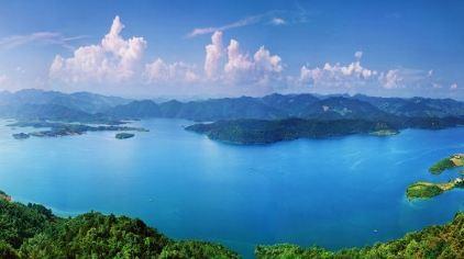 水面开阔明净,湖水终年清激透明,湖中岛屿星罗棋布,小巧玲珑并各具