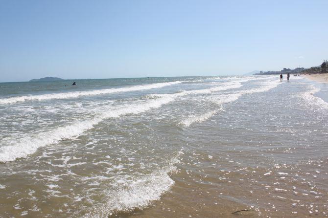 小男孩在海边追妈妈.