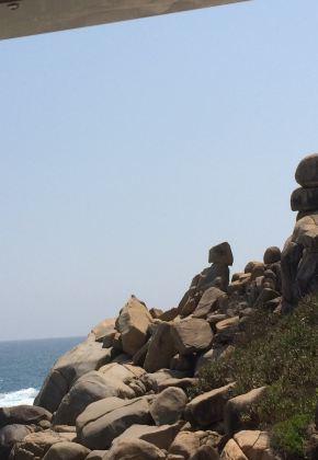 导游说这石头像个小孩在看海