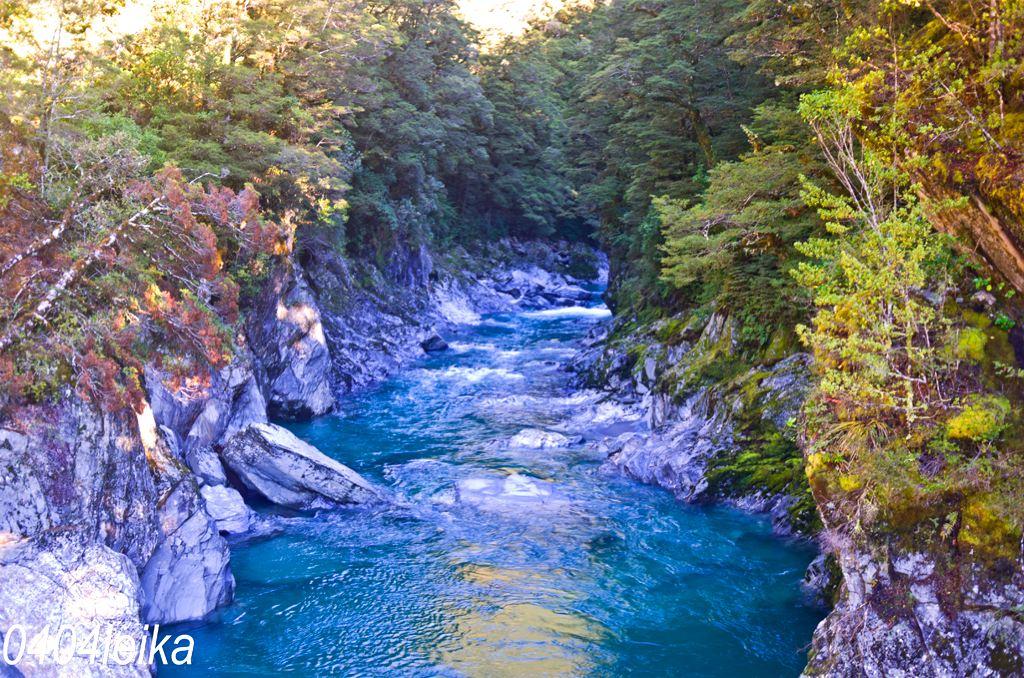 原来是一股蓝色的水流从山的缝隙中流出