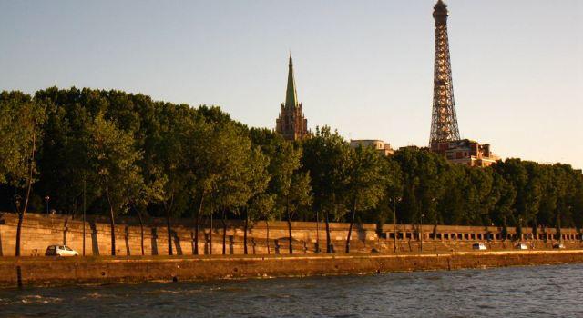 巴黎圣母院紧邻塞纳河,沿着河堤的马路上,是摆满油画和图册的小摊.