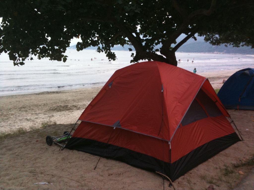 2、沙灘設施:沙灘不算很大,海水不藍但比較清,海水比較淺,適合玩水,如果要游泳,就要走到離岸較遠的地方,這里有救生員和防鯊網,比較安全。除了玩水,每天黃昏可以看日落,還有就是挖沙白和抓蟛蜞了。去年暑假去過廣東台山的黑沙灘,要收二十元的門票,衝涼好像要收五元,而且海上擠滿了游泳的人。相對而言,這里人不算很多,即使是國慶假期,也沒有那種擁擠的感覺,因此下次還會選擇香港的沙灘。 3、衛生設施:營地門口有洗手間、更衣室、露天冷水淋浴區、洗漱池,每天有人打掃。洗手間內約有十個坐廁,由于我們去的時候人多,所以一大早