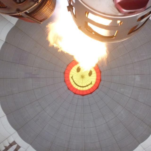 可爱的笑脸和炙热的火焰.
