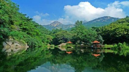 公园以其优美的森林环境,奇特的自然风光,丰富的人文景观,优越的地理