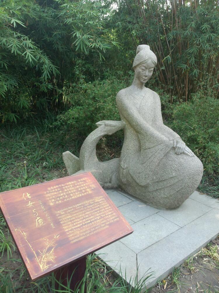 古漪园,是南翔古猗园的别名。位于上海市西北郊嘉定区南翔镇。占地10公顷。始建于明嘉靖年间(15221566年),原名猗园,取绿竹漪漪之意;后由嘉定竹刻家朱三松精心设计、以十亩之园的规模营造,又在立柱、椽子、长廊上刻着千姿百态竹景、显得生动典雅;清乾隆11年(1746年)扩建重葺,更名古猗园,因园内绿水涟漪,故又通俗写作:古漪园 携程门票酒店预订请参考:http://www.