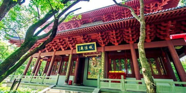 底层大厅南,西,北三面,倚壁设灯光橱窗展示大型硬木彩塑《南宋杭城