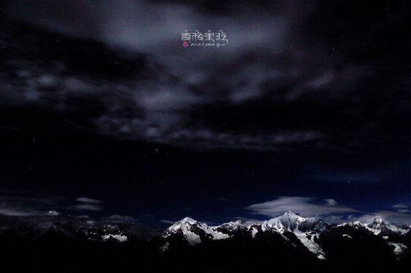 深邃的夜晚,圣洁的雪山,神秘的星空.图片