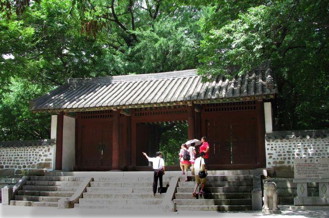 高丽博物馆在开城市附近。历史上据说最初建造于11世纪初,为高丽国的行宫大明宫,又曾作为接待外国来宾的宾馆称顺天馆,后来又用作宣传儒教的僧务馆。1089年最高教育机构国子监搬到这里,成为成均馆。这处古建筑在残酷的朝鲜战争中部分地保存下来,很属不易。1987年经修造改建成了一个展示朝鲜历史的博物馆,内有很多文物。我们是在从板门店经开城去平壤的路上顺道去参观这个博物馆的。在导游的引导下,我们在里边粗略地兜了一遍就匆匆离去,因为我们还要赶路去元山。高丽博物馆从外形来看和我国的一些古代院落建筑及庙宇差