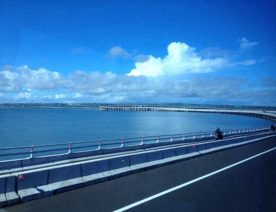 """2014-07-19  离开住宿两天的villa前往南湾,途经巴厘岛世界最""""长""""的高"""