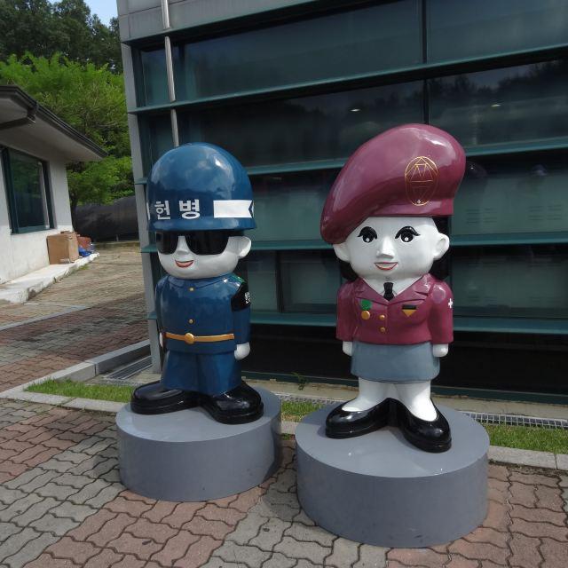 第三隧道外可爱的卡通警察