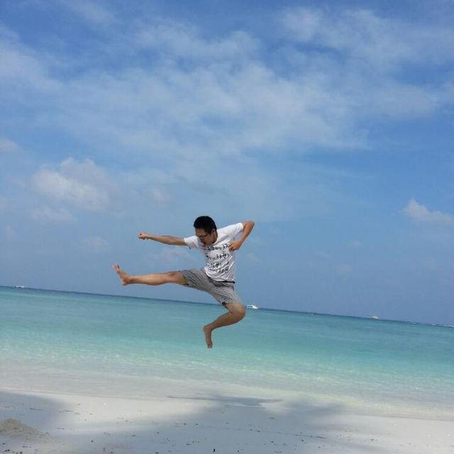 因为游泳不是我的菜,但一到天堂岛,他就嗨起来了!