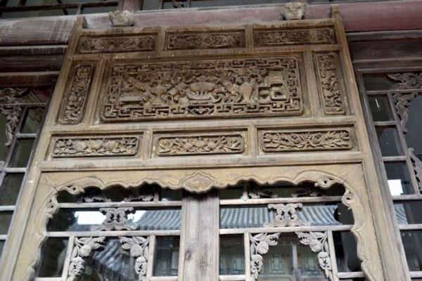 帘架中心雕有琴棋书画,周边佛手,仙桃,石榴,梅花,竹子,窗棂处有佛手图片