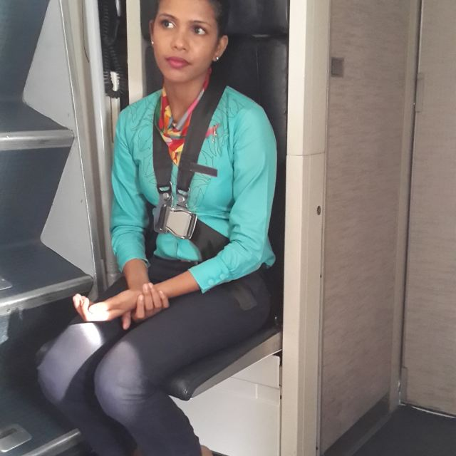 刚好坐在空姐旁边位置