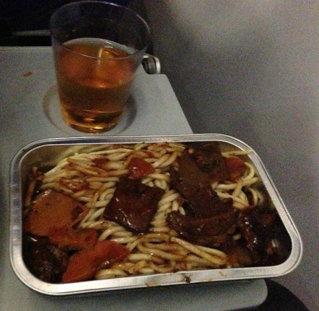 南航的飞机餐有猪肉面跟鸡肉饭,另有面包,沙拉水果,堪比太空员用餐.