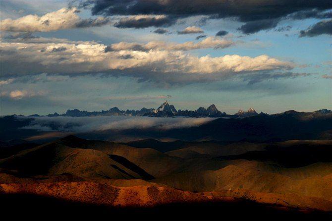 神秘的雪域高原,一望无垠的草原,湛蓝的天穹漂浮着洁白的浮云,山脚下