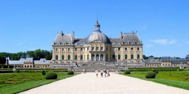 这个城堡的中心区域,包含正方形的门厅和一个延伸出去的椭圆形的客厅