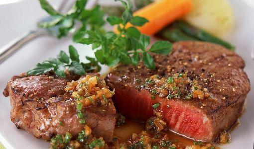 烤牛排,这是公认的英国菜中的代表作,将大块带油的生牛肉放入烤箱中烤制而成。英国人对牛排的喜好和痴迷可以追溯到两百多年前。英国最有名的牛排当数英国最古老的肉牛品种之一的安格斯牛(Angus)。这种牛肌肉结实,制作的牛排肌理紧致低脂多汁,甘甜醇美又富嚼感。同煎牛排一样,在您点这道菜时,服务生会问 您喜欢生一些的还是熟一些的?如果您喜欢生一些的,就说Rare,please。如果您喜欢熟一些的,就说Well-done,please。如果是中等的就说Medium,Please。做好的牛肉吃时可以沾西式芥茉酱,作为辅
