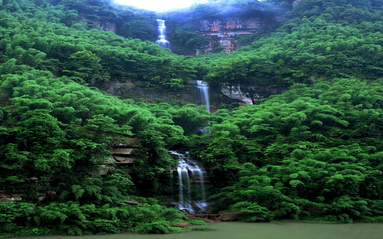 赤水大瀑布景区是赤水国家重点风景名胜区的王牌景区,距赤水城区39公里,以十丈洞大瀑布、中洞瀑布为特色景观,拥有十丈洞大瀑布、中洞瀑布、奇兵古道、转石奇观、香溪湖、百亩茶花、石笋峰、亿年灵芝、会水寺摩岩造像、红军标语等等自然人文景观。景区原始幽静,林茂峰秀,丹崖艳丽,植物种属多样,山峦四季长青,云豹、糜鹿、弥猴等野生动物活跃出没,溪泉、瀑布密布,香溪湖波平水碧,是一处观瀑览胜、怀古寻幽、避暑休闲的极佳胜景。  十丈洞大瀑布堪与黄果树大瀑布媲美,瀑布高76米、宽80米,比黄果树瀑布高8米、仅窄1米,是我国最佳