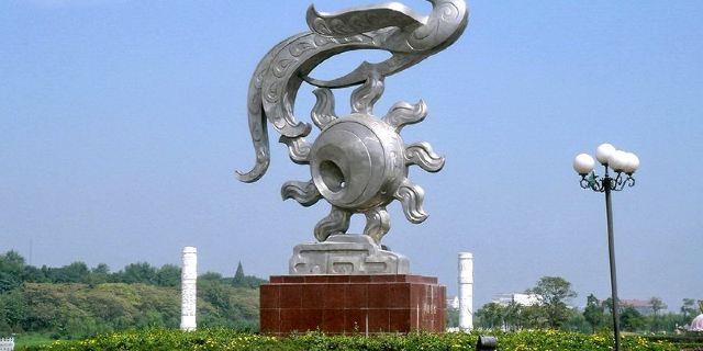 """""""金凤腾飞""""城标雕塑,由著名雕塑家江良田副教授设计,著名雕塑家刘开渠"""