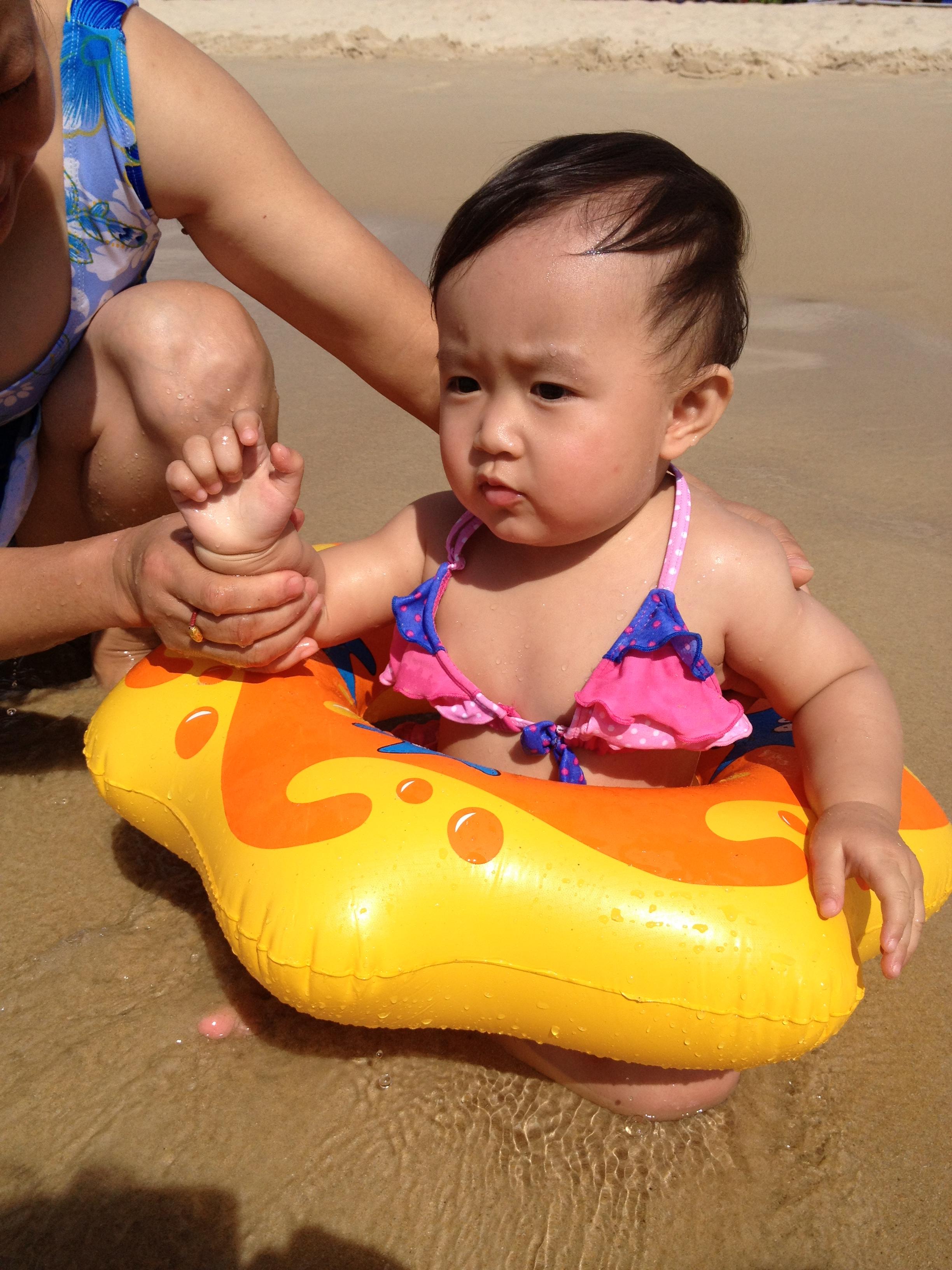 在海边碰到不满两岁的宝宝