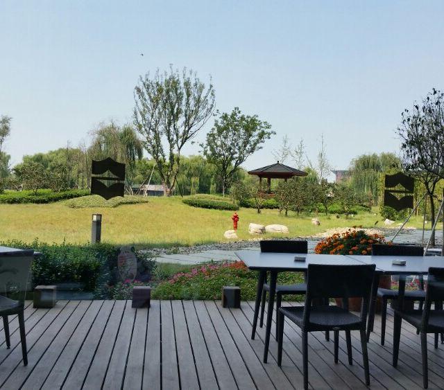 酒店孔咖啡敞亮的落地窗,品美味佳肴的同时还能欣赏风景秀美的花园