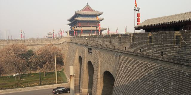 西安古城墙包括护城河,吊桥,闸楼,箭楼,正楼,角楼,敌楼,女儿墙,垛口