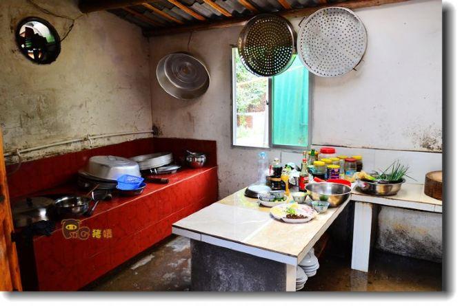 厨房用的还是柴火灶,不过为了里面干净,加柴火都在门外.